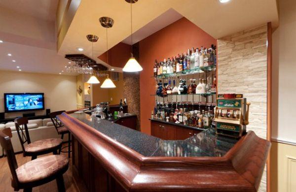 Домашний бар с богатым оформлением