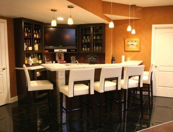 Уютный бар с ослепительно белыми стульями и столешницей