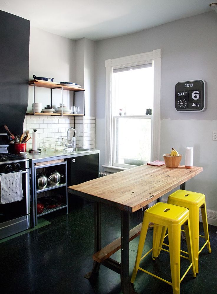 Желтые барные стулья в интерьере кухни - фото