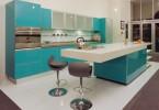 Яркий дизайн интерьера кухни в бирюзовой гамме
