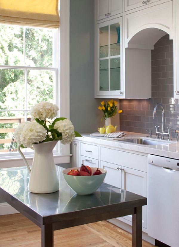 Белый классический интерьер кухни