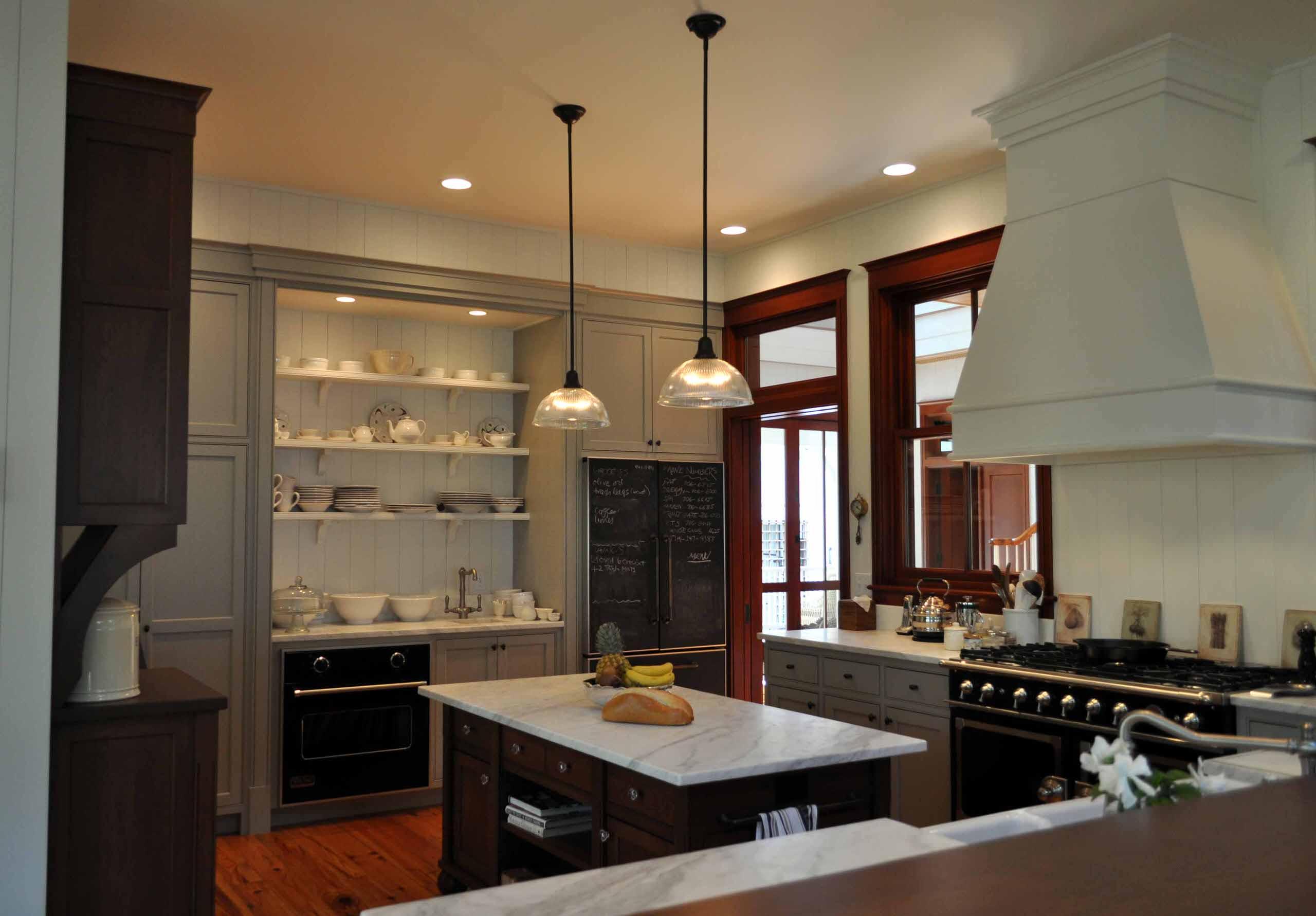Круглые светильники над кухонным островом