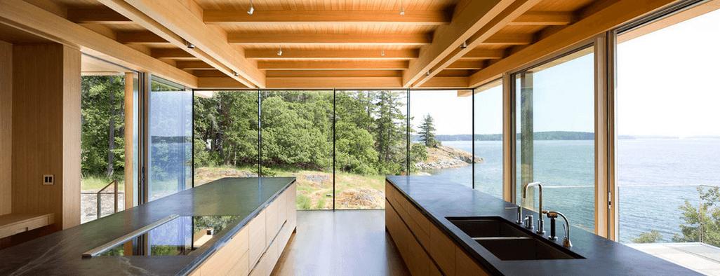 Панорамные окна на кухне с островом