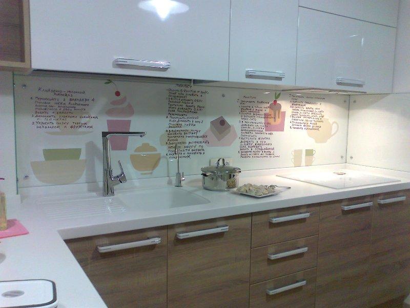 Потрясающий дизайн стеклянного кухонного фартука