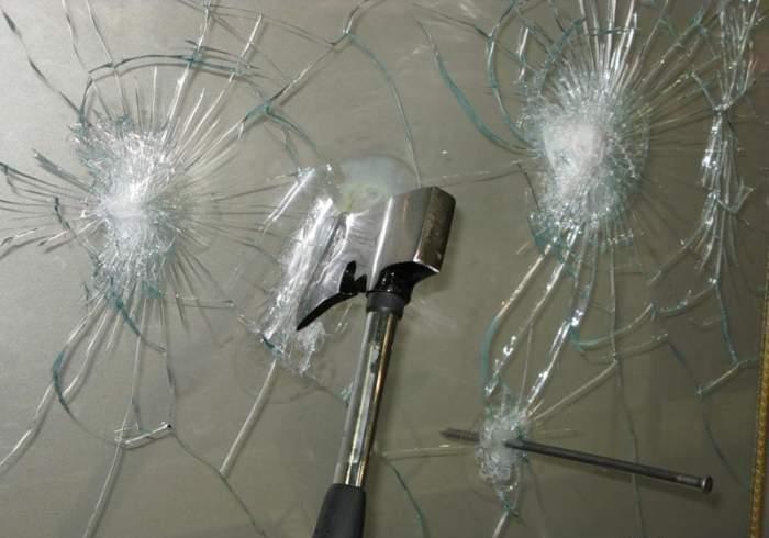 Демонстрация плотности закалённого стекла