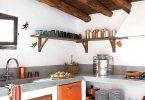 Белая кухня и яркие акценты в современном интерьере