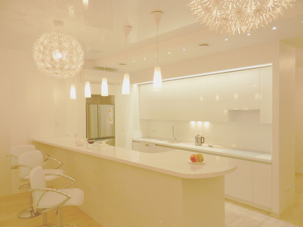 Восхитительный дизайн белой глянцевой кухни от Михаила Ченцова