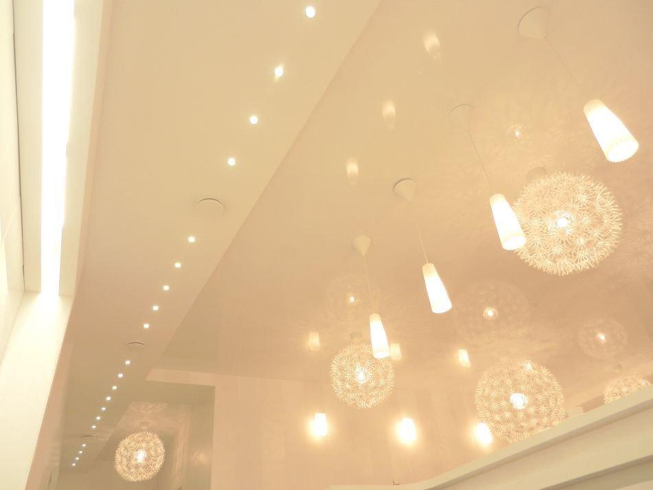 Потрясающие светильники в виде пушистых шаров в интерьере белоснежной кухни от Михаила Ченцова