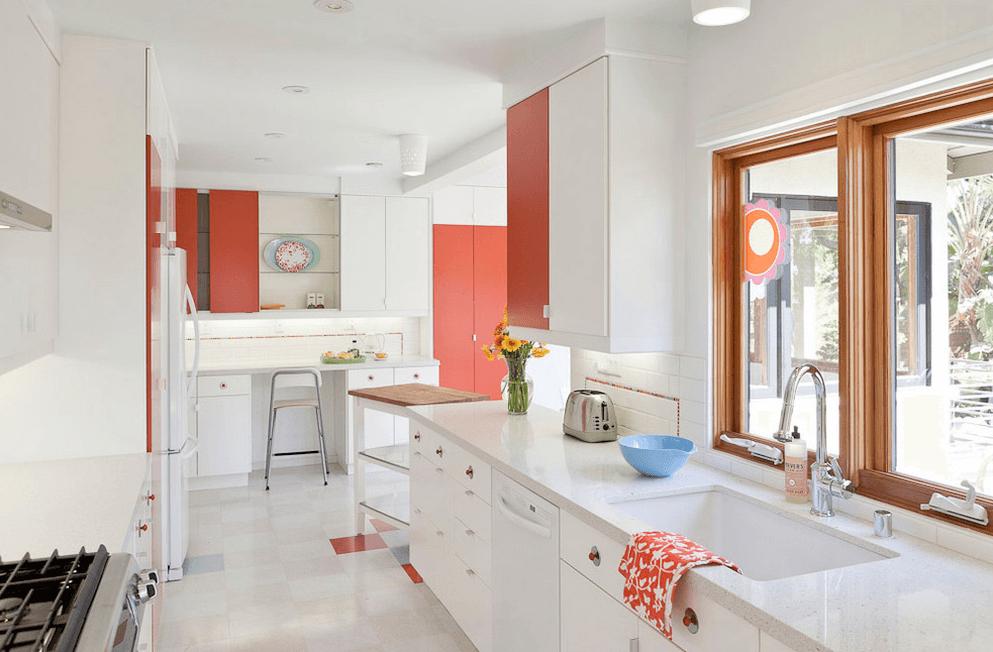 Белый интерьер кухни с ярким персиковым акцентом