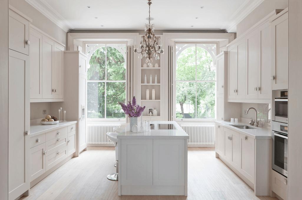 Дизайн кухонного острова в белом цвете