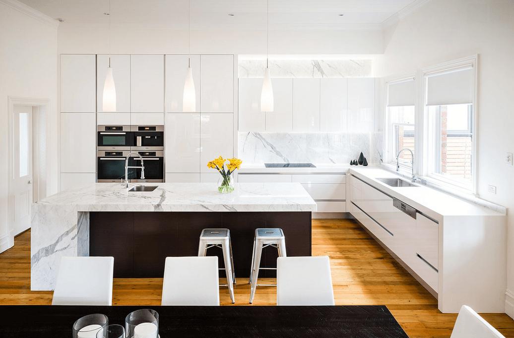 Белый мраморный остров в интерьере кухни