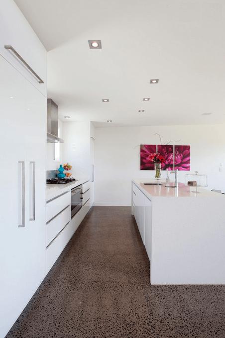 Яркая картина на стене в интерьере кухни