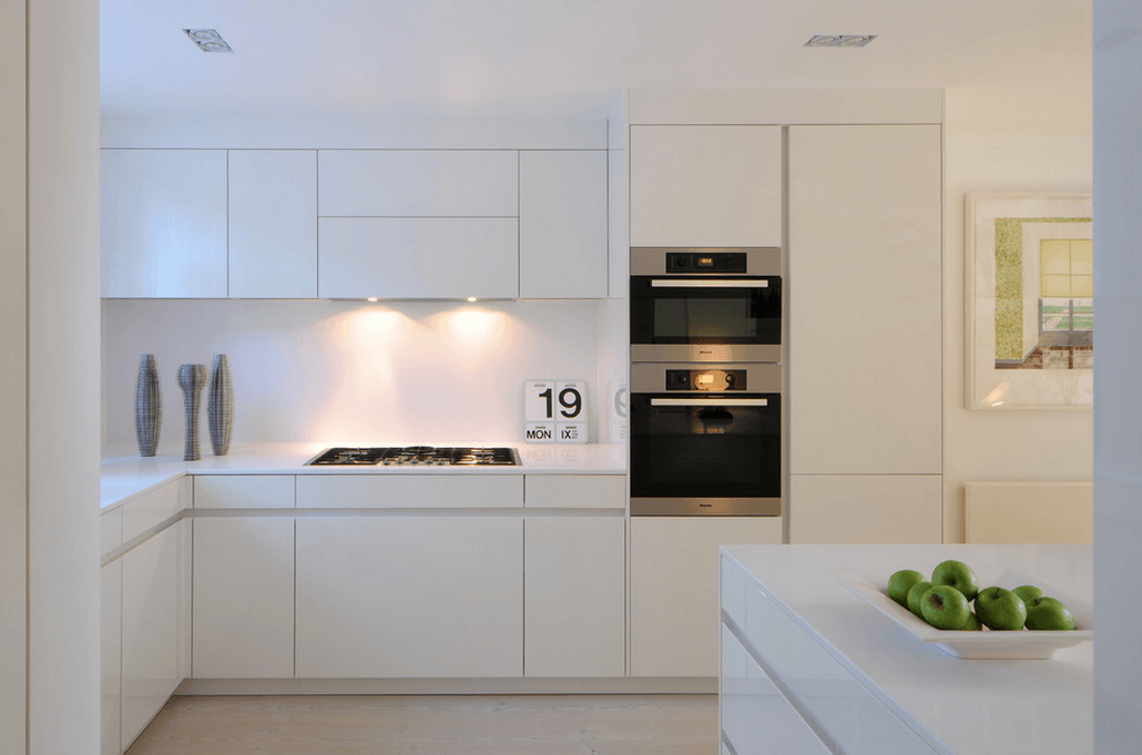 Современный кухонный гарнитур в белом цвете