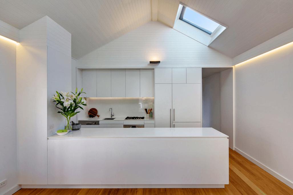 Дизайн уютной кухни под крышей в белом цвете