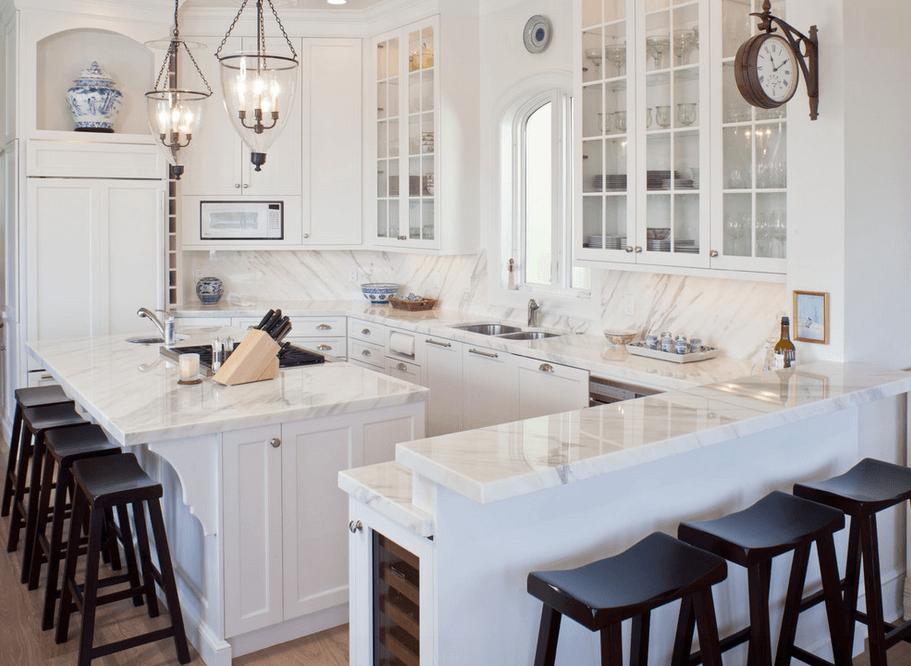Тёмные барные стулья на белой кухне