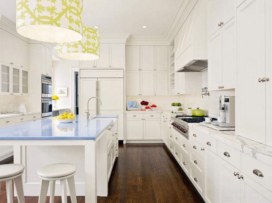 Голубая столешница кухонного острова в интерьере кухни