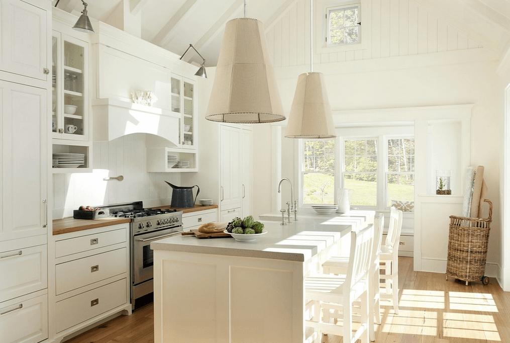 Бежевые светильники в интерьере белой кухни