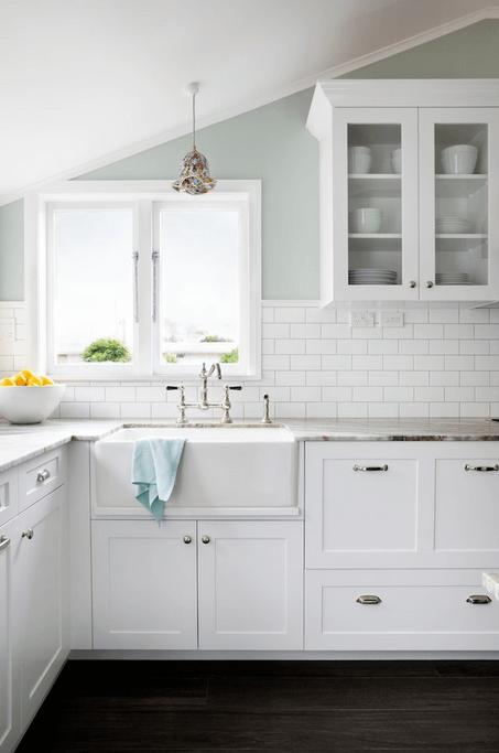 Белая плитка на стене в интерьере кухни