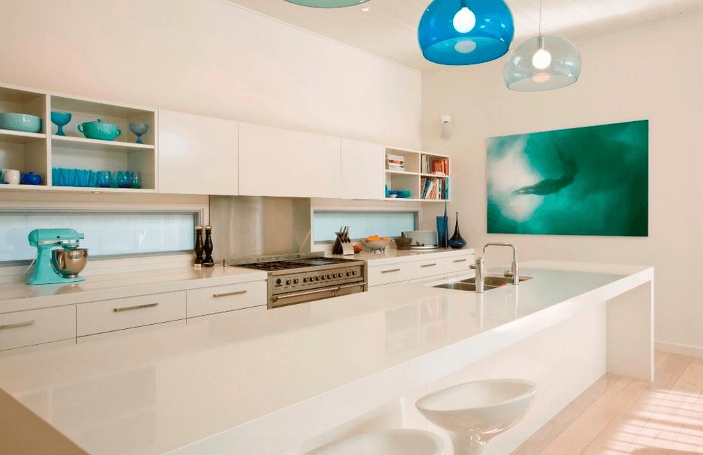 Интерьер кухни в белом цвете с яркими предметами декора