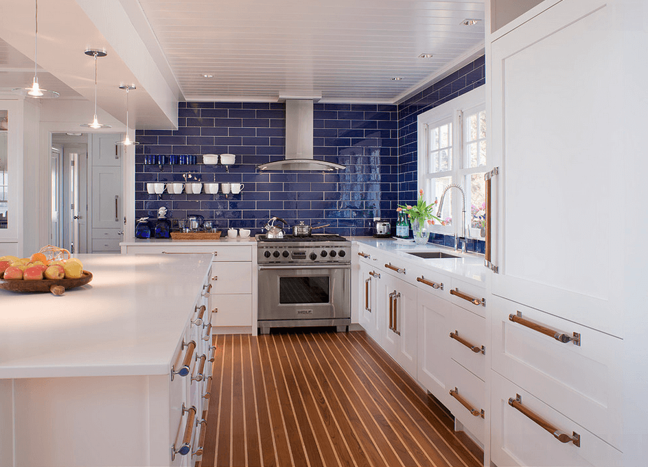 Ярко-синяя стена из плитки в интерьере кухни