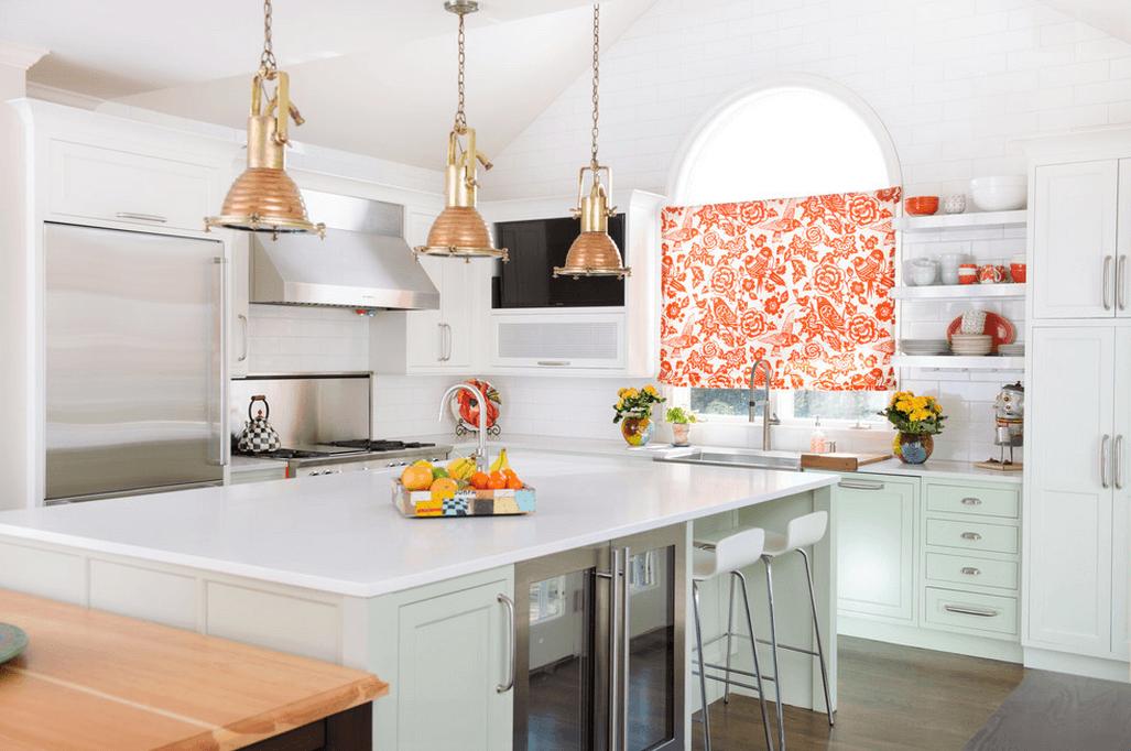 Белый интерьер кухни с яркими цветочными акцентами