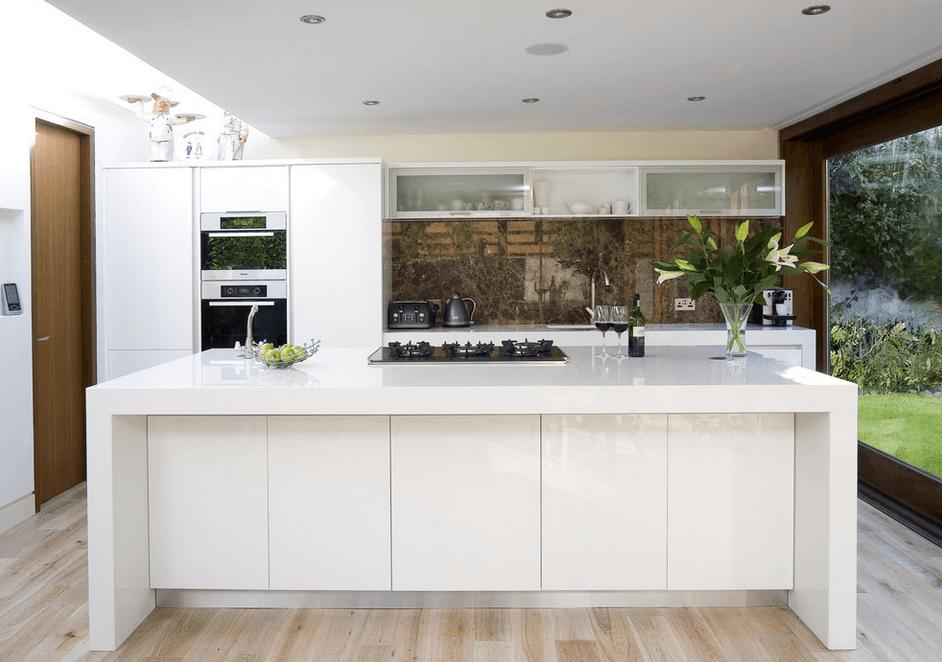 Современный дизайн кухонного острова в белом цвете