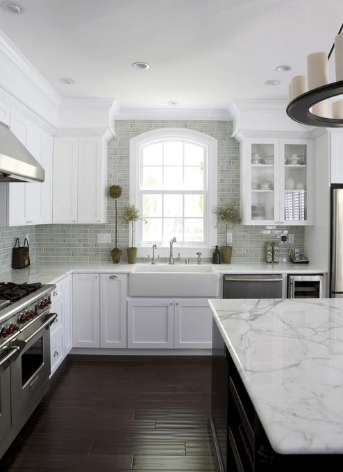 Серая плитка на стена в интерьере кухни