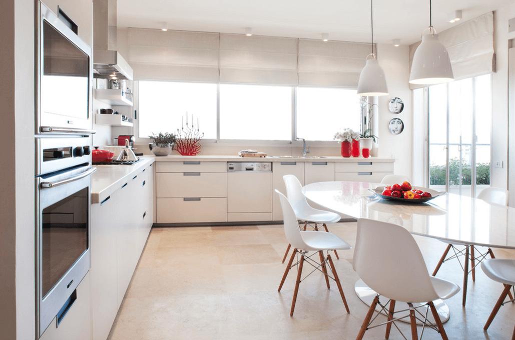 Белые пластиковые стулья в интерьере белой кухни
