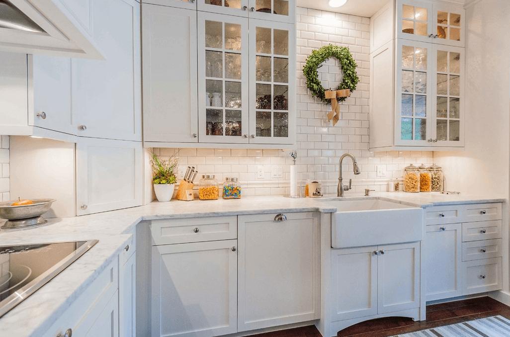 Белая плитка на стенах в интерьере кухни