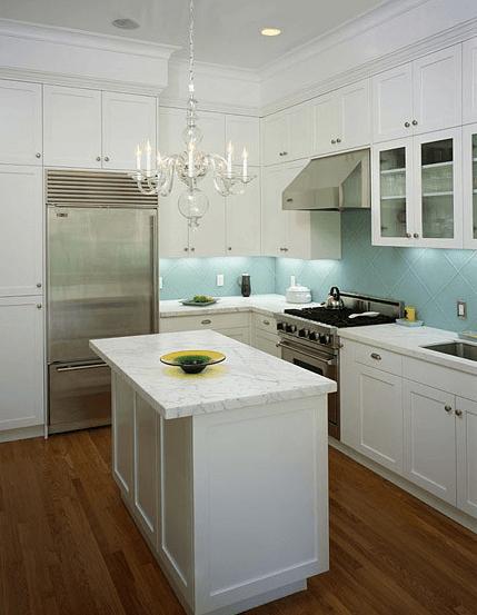 Бледно-голубая настенная плитка в интерьере кухни