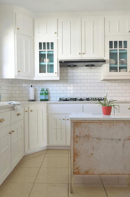Дизайн белого кухонного гарнитура с золотистыми ручками