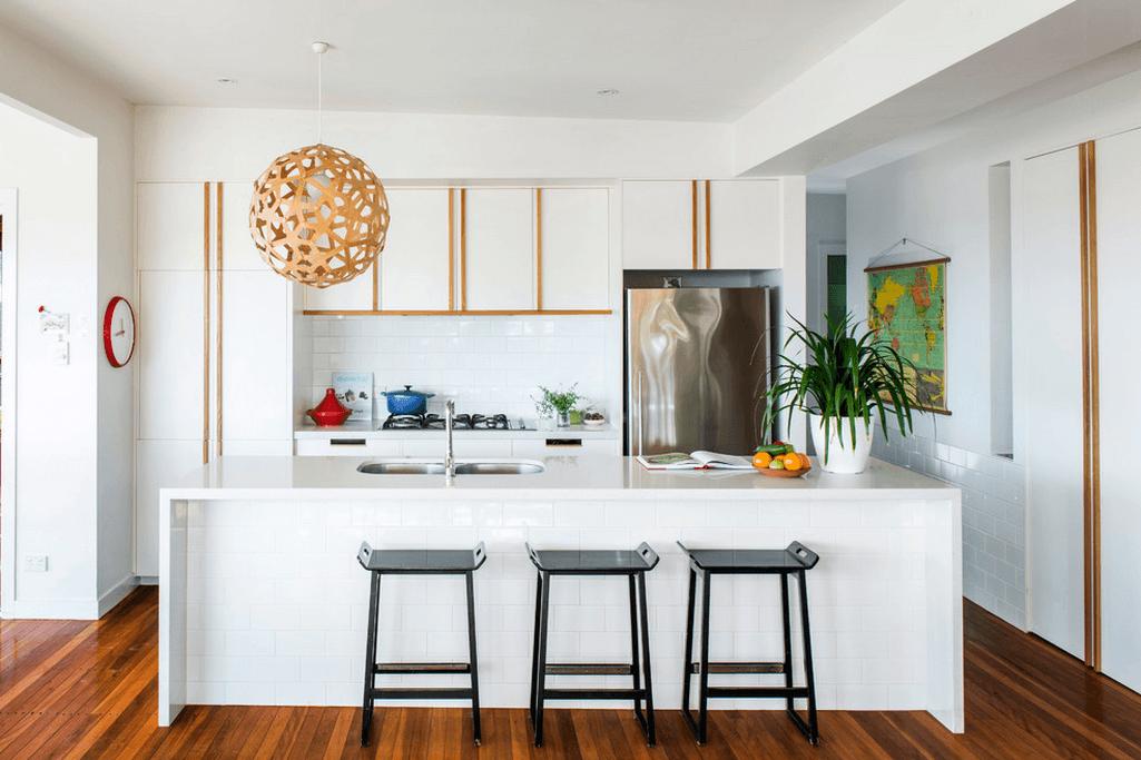 Чёрные пластиковые стулья в интерьере кухни