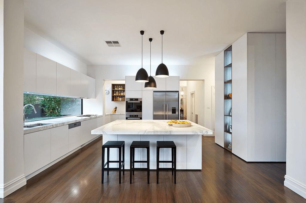 Современные чёрные светильники в интерьере белой кухни