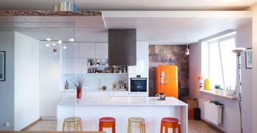 Стильный дизайн белой кухни с красочными акцентами от Антонины Капля