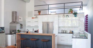 Творческий подход к оформлению помещения: белый цвет в интерьере кухни