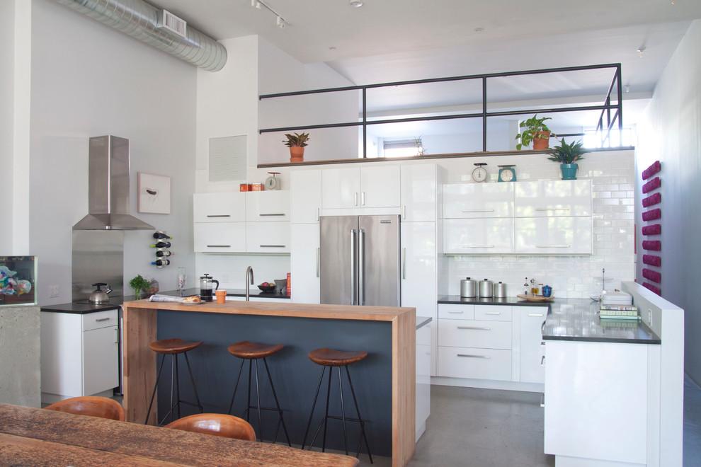 Белый в интерьере кухни в квартире