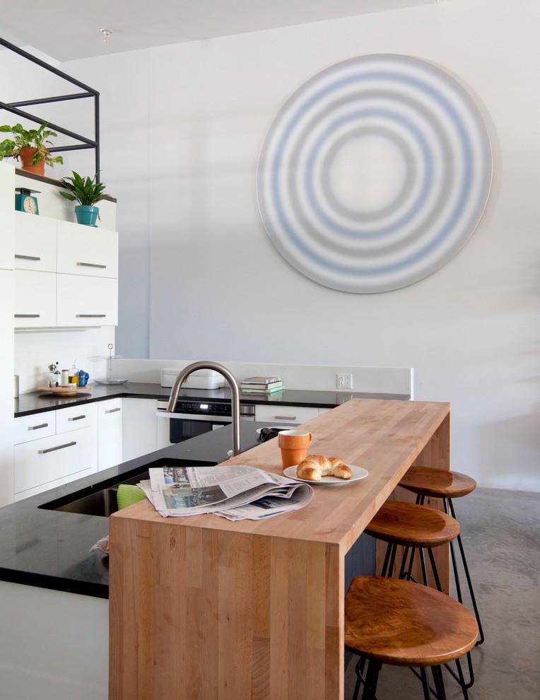 Белый в интерьере кухни: необычный декор на стене