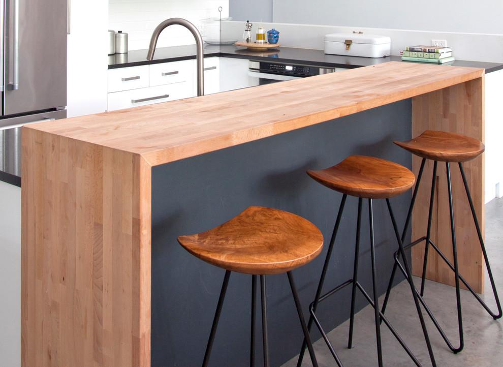 Белый в интерьере кухни: деревянная столешница барной стойки