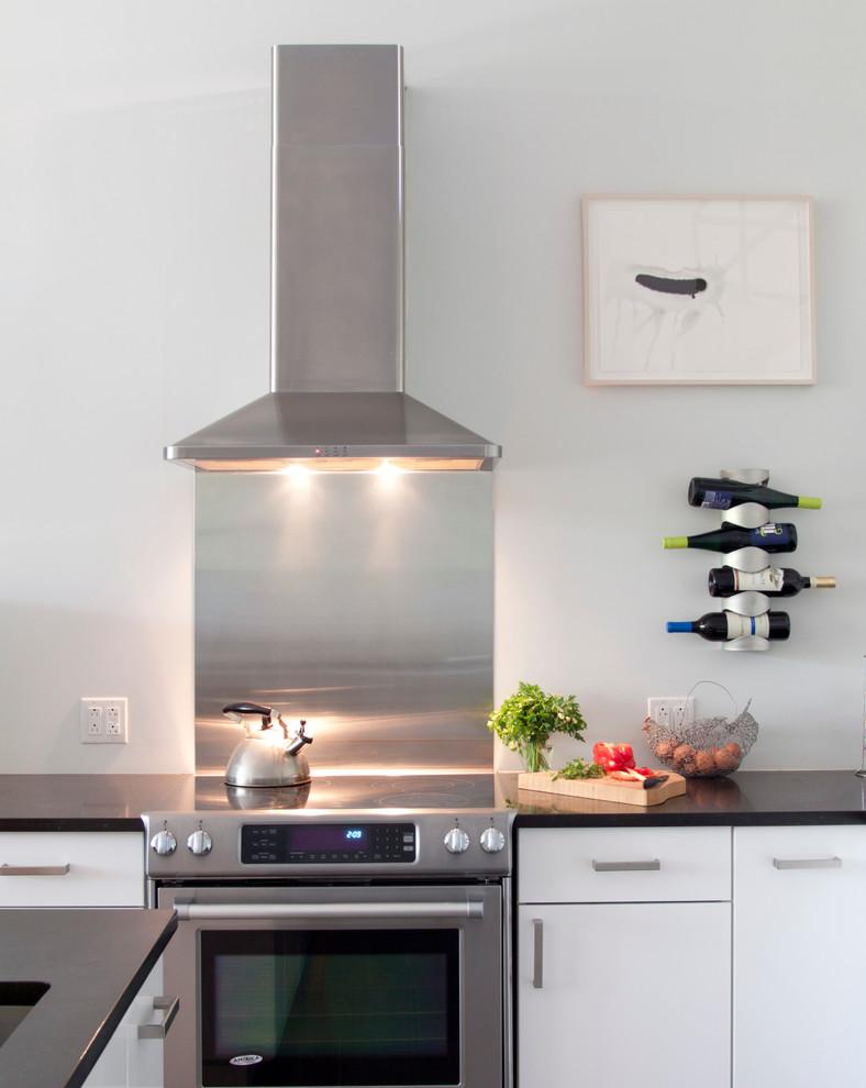 Белый в интерьере кухни: необычная металлическая полка для бутылок