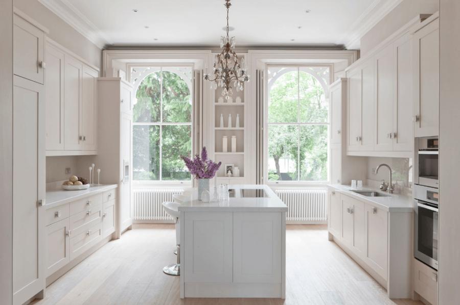 Белые кухни: окна с декоративной аркой