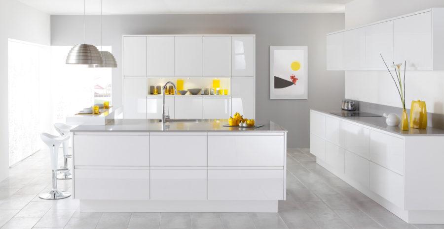 Белые кухни: яркие жёлтые акценты