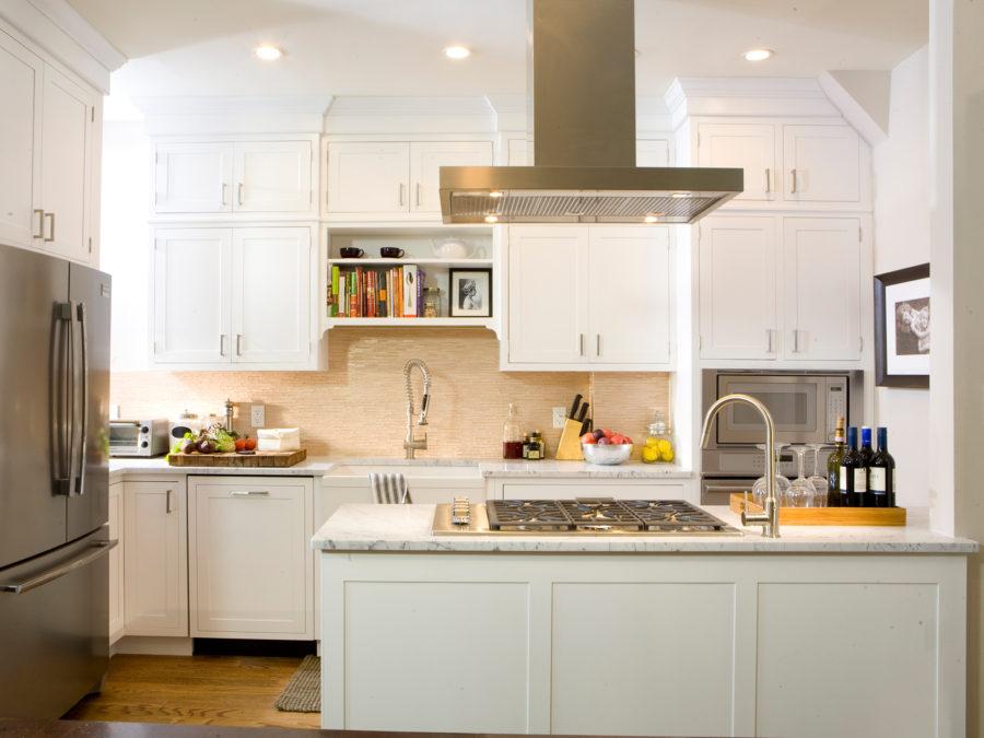 Белые кухни: бежевый фартук над раковиной