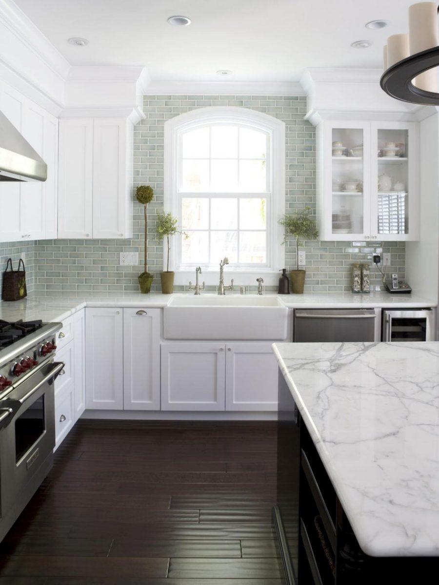Белые кухни: декоративные маленькие деревья
