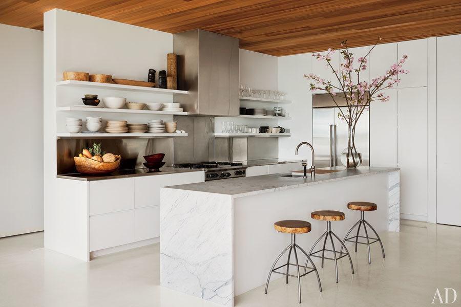 Белые кухни: ветка сакуры на столе