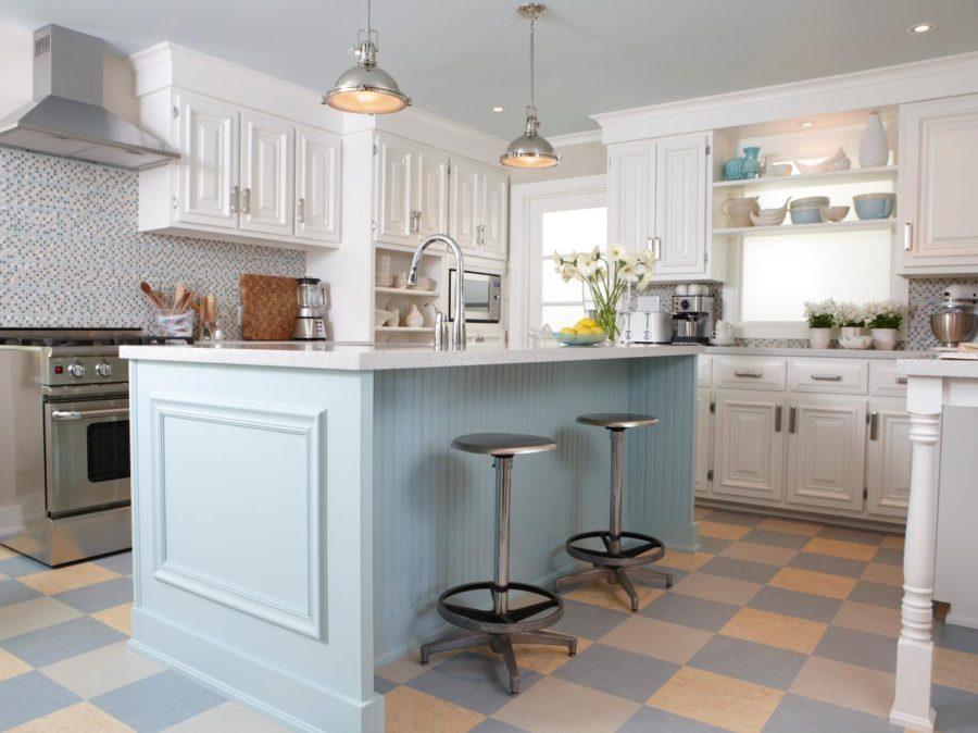 Белые кухни: шахматный узор на полу