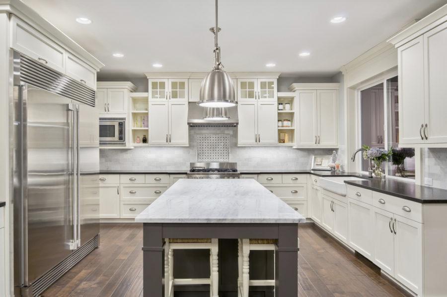 Белые кухни: металл и мрамор в оформлении интерьера