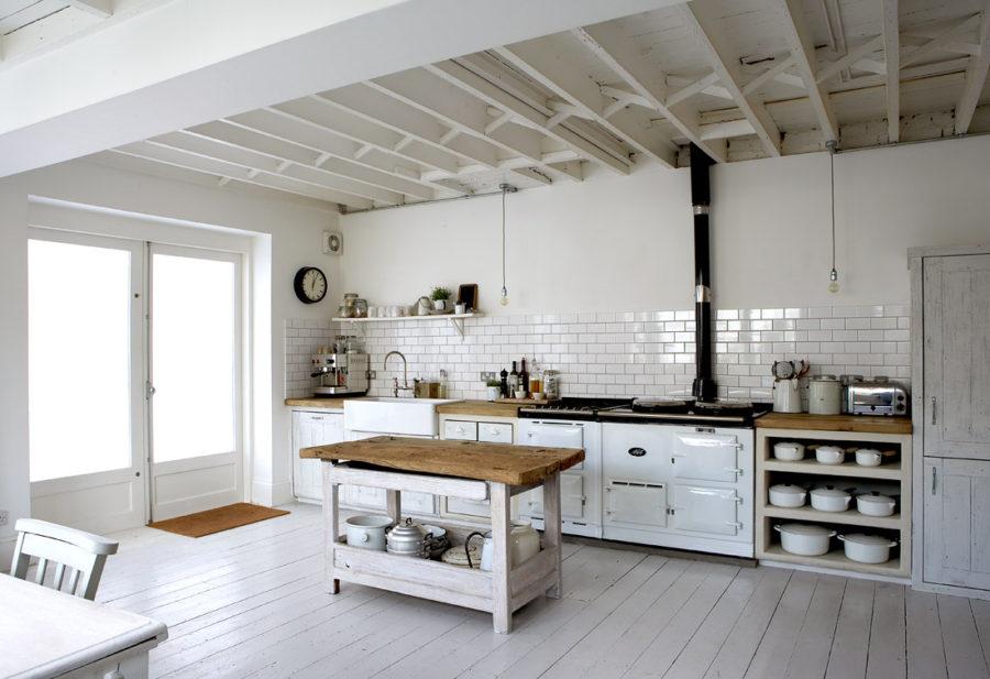 Белые кухни: открытые потолочные балки