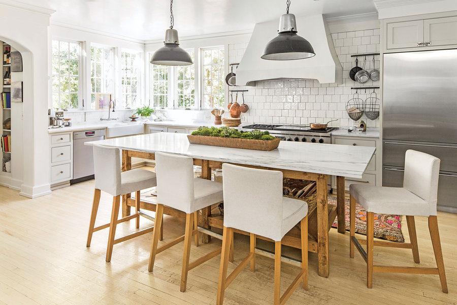 Белые кухни: мебель из натурального дерева