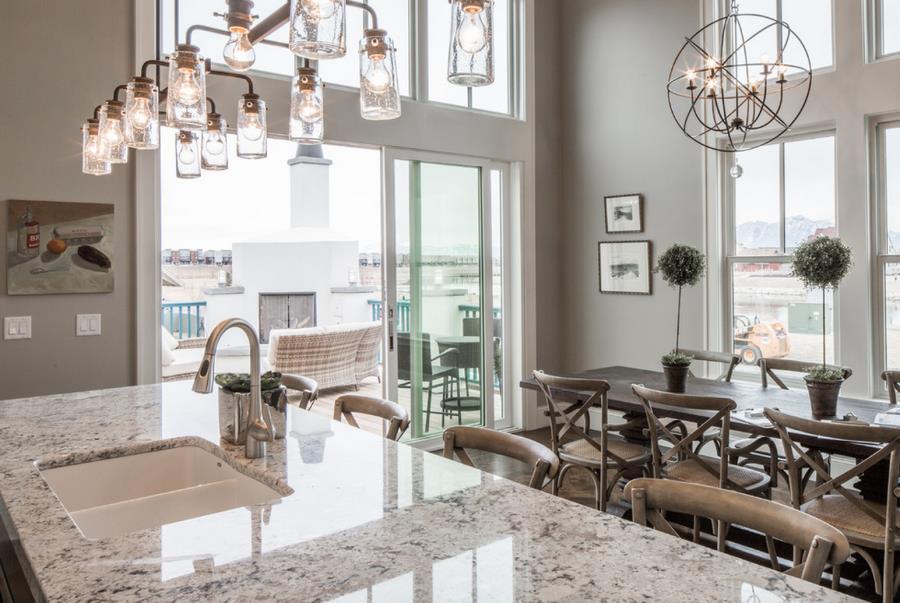Белые столешницы на кухне — довольно популярное решение сегодня