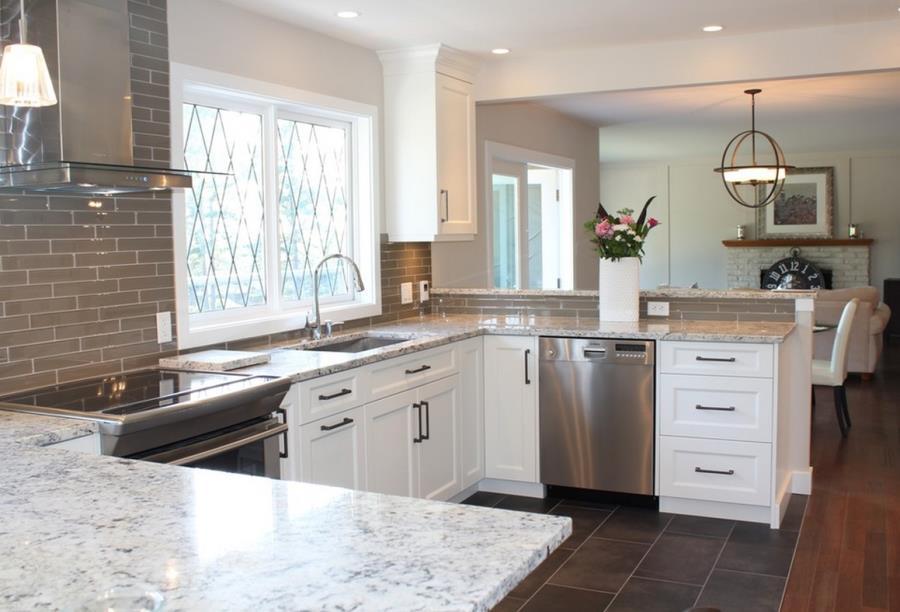 Белые столешницы на кухне из гранита - фото 3